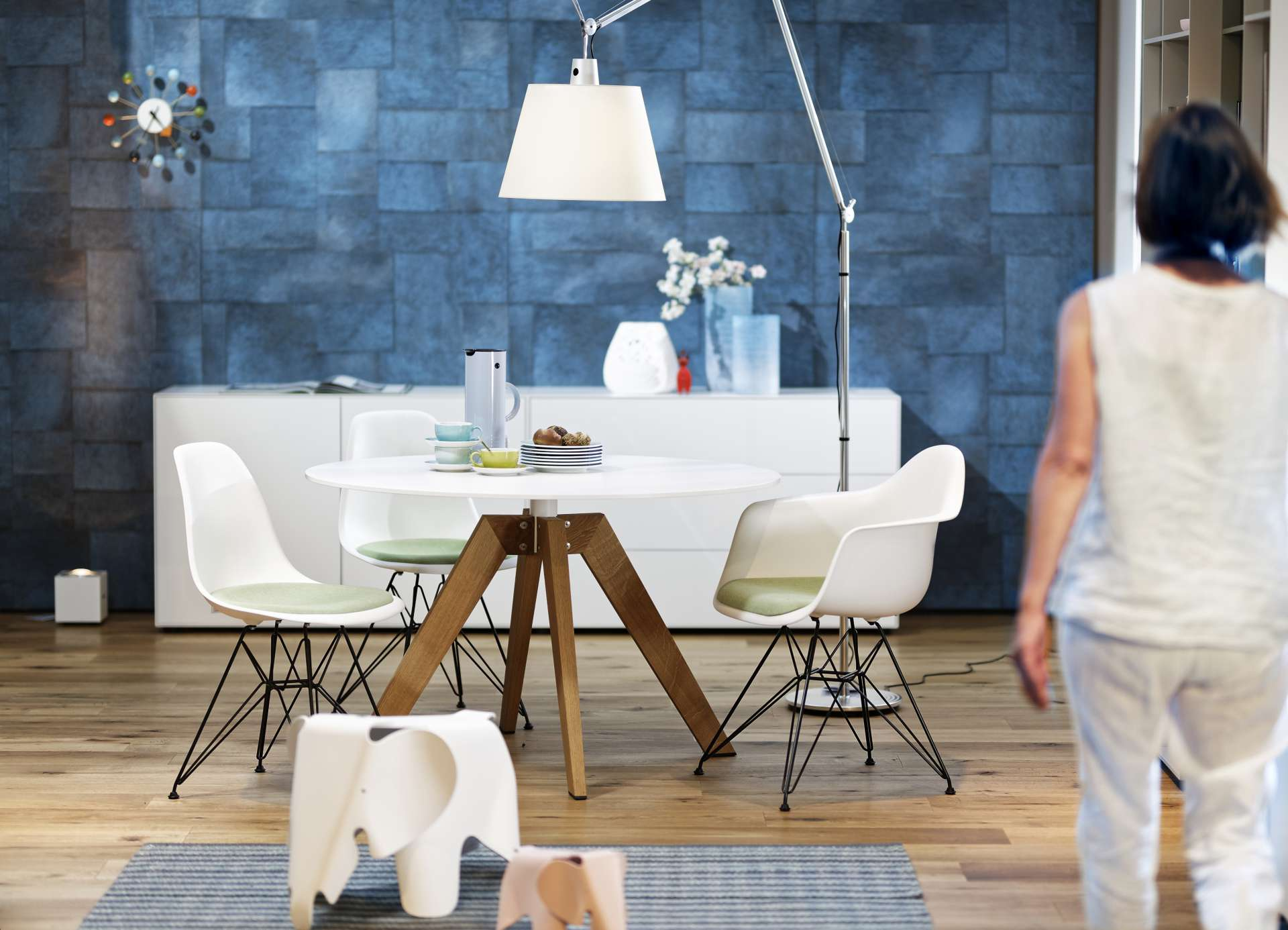Lukaszewitz Laisen_2018_08_Essen_Sideboard Piure nex pur_Tisch asco Centro_Stuhl vitra eames chair